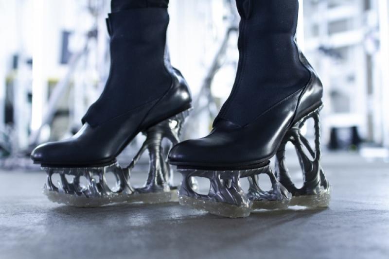 没错,这双无形可生成高跟鞋也是3D打印的