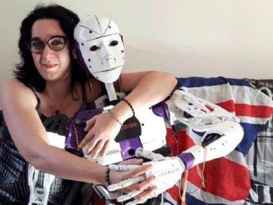 """法国女子爱上3D打印机器人  想和""""他""""结婚惹争议"""